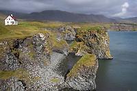 """Küste zwischen Arnarstapi und Hellnar, """"Haus am Meer"""", Halbinsel Snæfellsnes, West-Island, Felsküste, Meeresküste, Kliffs, Kliffe, """"Ströndin"""", Nordatlantik, Atlantik, Atlantischer Ozean, Island, Iceland"""