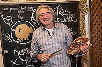 Amérique/Amérique du Nord/Canada/Québec/ Québec:  Marché du Vieux-Port - Patrick Mathey, charcutier et son jambon -  Les Cochons Tout Ronds au marché du vieux Port