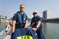 Nils Krippner vom THW mit seinem Ausbilder Julian Dreyer (THW Hofheim) - Ginsheim-Gustavsburg 18.09.2021: Bootsführerausbildung des Katastrophenschutz MTK