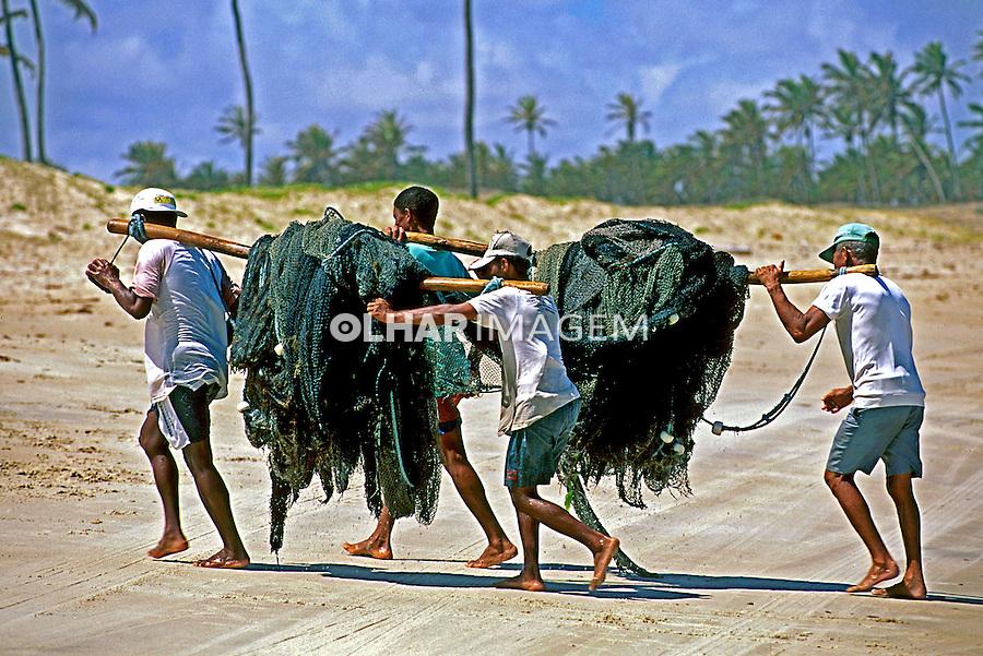 Pescadores carregando rede. Rio Grande do Norte. 1997. Foto de Juca Martins.