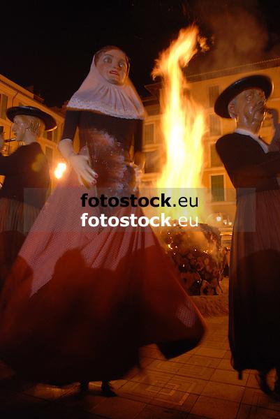 Dance of the Gigants in front of the bonfire of Saint Sebastian at Plaza Mayor<br /> <br /> Baile de Gigantes delante del fuego de San Sebastián (cat.: Sant Sebastià) en la Plaza Mayor<br /> <br /> Tanz der Riesen vor dem San Sebastian Feuer auf der Plaza Mayor<br /> <br /> 3872 x 2592 px<br /> 150 dpi: 65,57 x 43,89 cm<br /> 300 dpi: 32,78 x 21,95 cm