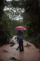 Barcarena. Pará. Brasil. Cidades. Situação comunidades Barcarena. 25-02-18. Fotos: Maycon Nunes/Diário do Pará. Comunidade de Vila Nova, umas das mais atingidas.<br /> <br /> O adolescente Marcos, usando uniforme da empresa, encontrado no lixo , leva o fotógrafo acompanhando o percurso da água que sai do RDS1 avançando sobre igarapés e rios.