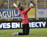 BOGOTÁ -COLOMBIA, 17-01-2015. W. Mosquera (Izq) arquero del Cúcuta Deportivo cel,ebra el segundo gol de su equipo anotado a Atlético Bucaramanga durante partido por la fecha 2 de los cuadrangulares de ascenso Liga Aguila 2015 jugado en el estadio Metropolitano de Techo de la ciudad de Bogotá./ W. Mosquera (L) goalkeeper of Cucuta Deportivo celebvrates the second goal of his team scored to Atletico Bucaramanga during match for the second date of the promotional quadrangular Aguila League 2015 played at Metropolitano de Techo stadium in Bogotá city. Photo: VizzorImage/ Gabriel Aponte / Staff