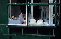 Europe/Pologne/Varsovie: Le marché de la halle Mirowska - Détail d'une fromagerie traditionnelle polonaise