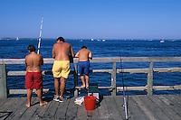 Europe/France/Aquitaine/33/Gironde/Bassin d'Arcachon/Arcachon: Pêcheurs sur la jetée de la Chapelle