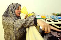 giovane donna iraniana nel centro per asilanti, richiedenti asilo politico,in un ex bunker a Biasca, Canton Ticino, Svizzera.