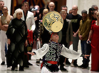 L'esibizione di alcuni artisti del Golden Circus al termine dell'Udienza Generale del mercoledì in Aula Paolo VI in Vaticano, 28 dicembre 2016.<br /> The performance of members of the Golden Circus at the end of the weekly general audience in Paul VI Hall at the Vatican, on December 28, 2016.<br /> UPDATE IMAGES PRESS/Isabella Bonotto<br /> <br /> STRICTLY ONLY FOR EDITORIAL USE