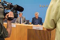 """Filippo Grandi, Hoher Kommissar der Vereinten Nationen fuer Fluechtlinge (2.vl. im Bild) und Dominik Bartsch, Repraesentant des UNHCR in Deutschland (links im Bild) stellten am Mittwoch den 19. Juni 2019 in Berlin den UN-Weltfluechtlingsbericht """"Global Trends"""" 2019 vor.<br /> 19.6.2019, Berlin<br /> Copyright: Christian-Ditsch.de<br /> [Inhaltsveraendernde Manipulation des Fotos nur nach ausdruecklicher Genehmigung des Fotografen. Vereinbarungen ueber Abtretung von Persoenlichkeitsrechten/Model Release der abgebildeten Person/Personen liegen nicht vor. NO MODEL RELEASE! Nur fuer Redaktionelle Zwecke. Don't publish without copyright Christian-Ditsch.de, Veroeffentlichung nur mit Fotografennennung, sowie gegen Honorar, MwSt. und Beleg. Konto: I N G - D i B a, IBAN DE58500105175400192269, BIC INGDDEFFXXX, Kontakt: post@christian-ditsch.de<br /> Bei der Bearbeitung der Dateiinformationen darf die Urheberkennzeichnung in den EXIF- und  IPTC-Daten nicht entfernt werden, diese sind in digitalen Medien nach §95c UrhG rechtlich geschuetzt. Der Urhebervermerk wird gemaess §13 UrhG verlangt.]"""