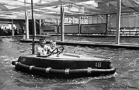 Au parc Belmont : dans les bateaux tamponneurs. Juillet 1953