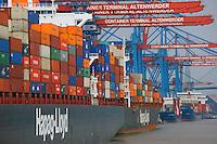 Containerschiffe an der CTA: EUROPA, DEUTSCHLAND, HAMBURG, (EUROPE, GERMANY), 05.12.2012: Der HHLA Container Terminal Altenwerder (CTA) mit dem 1.400 Meter langen Ballinkai im Stadtteil Altenwerder von Hamburg ist derzeit einer der weltweit modernsten Containerterminals. Er gehoert der Hamburger Hafen und Logistik AG (HHLA) (74,9 %) und der Hapag-Lloyd AG (25,1 %) und befindet sich am Koehlbrand, einem Seitenarm der Elbe, zwischen Kattwyk-Bruecke und Koehlbrandbruecke. Der CTA ist neben dem Eurogate-Containerterminal Hamburg, dem HHLA Containerterminal Buchardkai und dem HHLA Containerterminal Tollerort einer von derzeit vier Containerterminals in Hamburg.