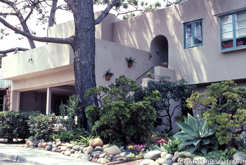 Irving Gill: Wheeler J. Bailey House. Upper addition of apartment, garages, 1932. (Photo 2000)