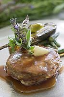 """Asie/Israël/Galilée/Rosh Pina/Safed: Gigot d'agneau biop avec une mini aubergine dans une sauce au jus d'agneau -recette de Chaim Tibi du restaurant Muscat de l'Hotel Restaurant """"Mizpe Hayamim"""" avec sa ferme bio créé par le docteur Yaros Yaroshlavsky dans les années 60"""