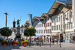 Deutschland, Bayern, Toelzer Land, Bad Toelz: Marktstrasse mit Winzerer Statue - Fussgaengerzone im Stadtzentrum | Germany, Bavaria, Bad Toelz: poedestrian area Marktstrasse with Winzerer statue in town centre