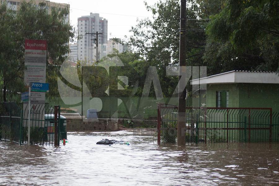 SÃO PAULO, SP - 17.02.2016: CLIMA-SP - Chuva intensa causa pontos de alagamento na avenida Professor Luiz Inácio de Anhaia Melo, na Vila Prudente (zona leste), na tarde desta quarta-feira (17). (Foto: Adar Rodrigues/Brazil Photo Press)