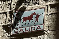 Spanien, Barcelona, Straßenschild im Barri Gotic