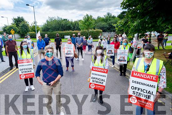 Former shop stewart Karen Gearon lends her support to the Debenham employees at the 100th day of protest/strike at Debenhams in Manor on Saturday.<br /> L to r: Amy Hourigan, Karen Gearon, Patricia O'Sullivan and Geraldine O'Regan (Shop Stewart Debenhams Manor Tralee.