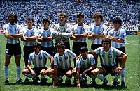Fussball-Weltmeisterschaft 1986 in Mexiko Endspiel: Argentinien - BRD 3:2 Gruppenfoto Argentinien vor dem Spiel mit Kapitaen Diego Armando Maradona (hinten rechts) - 29.06.1986<br /> <br /> - 29.06.1986<br /> <br /> Es obliegt dem Nutzer zu prüfen, ob Rechte Dritter an den Bildinhalten der beabsichtigten Nutzung des Bildmaterials entgegen stehen.<br /> <br /> 1986 FIFA World Cup in Mexico Argentina line-up before the final against Germany (back row, far right: captain Diego Armando Maradona) -<br /> <br /> - 29.06.1986<br /> <br /> It is in the duty of the user of the image to clear prior to usage if any Third Party rights preclude the intended use.