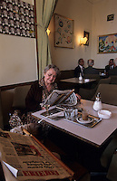 Europe/Autriche/Niederösterreich/Vienne: Femme lisant le journal au Café Pruckel