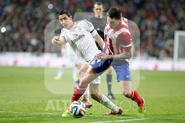 Real Madrid´s Di Maria (L) and Atletico de Madrid´s Sosa during King´s Cup (Copa del Rey) semifinal match in Santiago Bernabeu stadium in Madrid, Spain. February 05, 2014. (ALTERPHOTOS/Victor Blanco)