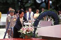 Birma/Myanmar, Rangoon/Yangon, 19 Juli 1995..Aung San Suu Kyi, Algemeen Sekretaris van de NLD oppositie partij legt een krans ter herinnering aan haar vermoorde vader op Martelaars Dag. ..Burma/Myanmar, Rangoon/Yangon, July 19 1995..Aung San Suu Kyi, Secretary General of the NLD party lays a wreath commemorating her murdered father on Martyrs Day...Photo Kees Metselaar