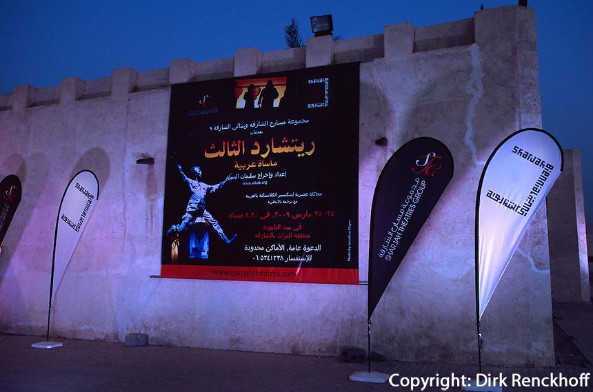 Vereinigte arabische Emirate (VAE, UAE), Sharja, Theaterreklame in der Heritage Area