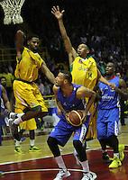 BOGOTA -COLOMBIA-07-06-2014. Jhon   Hernandez (Centro ) de Guerreros de Bogota disputa el balon con Randal Hunter (Der) y Cardona Larry (Izq) de Cimarrones de Quibdo durante el cuarto  partido por la final de La Liga Directv 1 de baloncesto jugado en el coliseo El Salitre . Jhon Hernandez (center)  of Guerreros de Bogota dispute the ball with Randal Hunter (Der) and Larry Cardona (left) of Cimarrones de Quibdo during game four by the end of La Liga Directv 1 basketball played at the Coliseum El Salitre. Photo: VizzorImage / Felipe Caicedo /  Staff