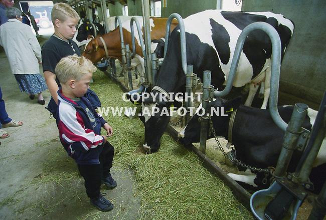 nieuw millingen 260700 in het kader van de open dag ,bezoekers in de stal van de familie overeem.<br />foto frans ypma APA-foto