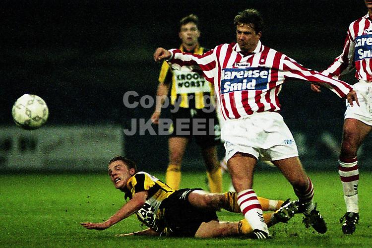 VEENDAM - Voetbal, Veendam - Top Oss, competitie seizoen 1998-1999, 03-10-1998, Johnny Jansen gaat tegen de vlakte
