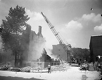 Étape de démolition d'un bâtiment au coin des rues Winning et du Plateau. / Florent Charbonneau. - 10 juin 1960.
