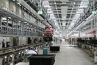 Besuch im ICE-Werk Leipzig..Im Bild: Rangierlok schleppt einen Wagenzug in die Werkhalle. Foto: Jan Kaefer / aif