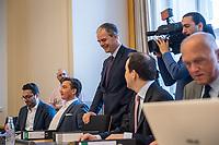 """1. Sitzungstag des Berliner """"Amri-Untersuchungsausschuss"""".<br /> Am Freitag den 14. Juli 2017 konstituierte sich der sogenannte """"Amri-Untersuchungsausschuss des Berliner Abgeordnetenhaus. Der 1. Untersuchungsausschuss der 18. Wahlperiode will versuchen die diversen Unklarheiten im Fall des Weihnachtsmarkt-Attentaeters zu klaeren.<br /> Im Bild: Der Ausschussvorsitzende Burkard Dregger, CDU (stehend) spricht mit Abgeordneten der FDP (links) und AfD (rechts).<br /> 14.7.2017, Berlin<br /> Copyright: Christian-Ditsch.de<br /> [Inhaltsveraendernde Manipulation des Fotos nur nach ausdruecklicher Genehmigung des Fotografen. Vereinbarungen ueber Abtretung von Persoenlichkeitsrechten/Model Release der abgebildeten Person/Personen liegen nicht vor. NO MODEL RELEASE! Nur fuer Redaktionelle Zwecke. Don't publish without copyright Christian-Ditsch.de, Veroeffentlichung nur mit Fotografennennung, sowie gegen Honorar, MwSt. und Beleg. Konto: I N G - D i B a, IBAN DE58500105175400192269, BIC INGDDEFFXXX, Kontakt: post@christian-ditsch.de<br /> Bei der Bearbeitung der Dateiinformationen darf die Urheberkennzeichnung in den EXIF- und  IPTC-Daten nicht entfernt werden, diese sind in digitalen Medien nach §95c UrhG rechtlich geschuetzt. Der Urhebervermerk wird gemaess §13 UrhG verlangt.]"""
