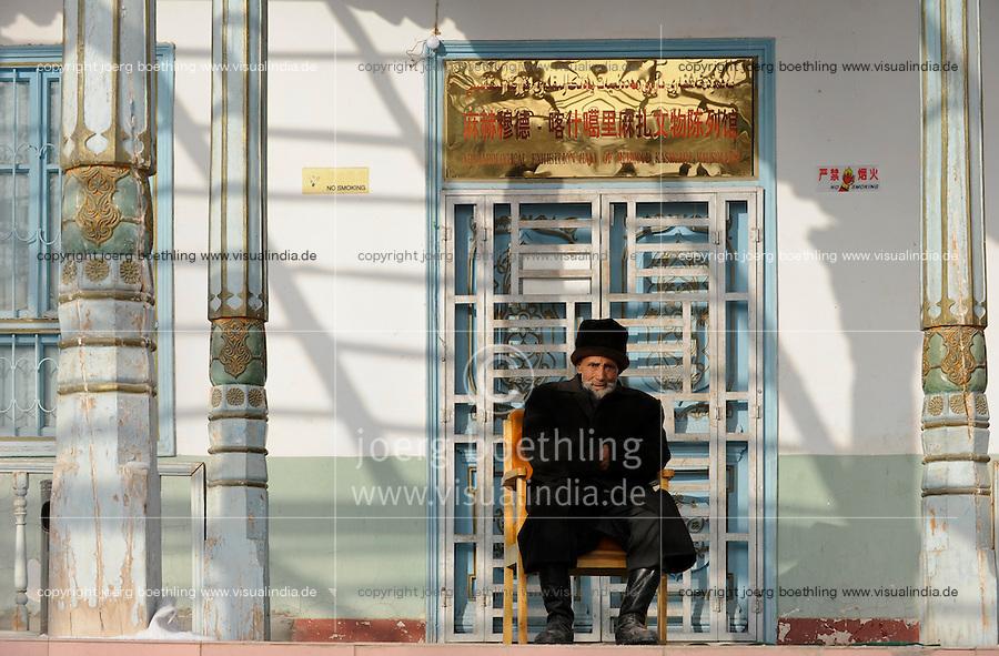 CHINA province Xinjiang, uighur town Upal near Kashgar, tomb of islamic teacher Mahmud al-Kashgari / CHINA Provinz Xinjiang, uigurische Stadt Upal bei Kashgar, hier lebt das Turkvolk der Uiguren, das sich zum Islam bekennt , Mausoleum des islamischen Gelehrten Mahmud al-Kashgari (1008-1015)