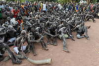 Afrika SUED-SUDAN  Bahr el Ghazal region , Lakes State, Dorf Mapourdit , Dinka feiern ein Erntedankfest mit traditionellen Taenzen und Ringkaempfen | .Africa SOUTH SUDAN  Bahr al Ghazal region , Lakes State, village Mapourdit, Dinka celebrate harvest festival with dances and wrestling