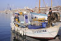 - Marsiglia, pescatori nel Porto Vecchio....- Marseille, - Marseille, fishermen in the Old Port