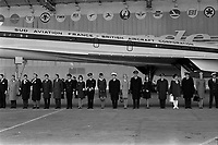 Ateliers Sud Aviation (Saint-Martin-du-Touch). 11 décembre 1967. Vue d'ensemble des personnalités assises dans la tribune officielle, couvertures sur les jambes : 3ème en partant de la gauche Jean Chamant (ministre des Transports), à sa gauche Anthony Neil Wedgwood Benn (ministre anglais de la Technologie). Cliché pris lors de la présentation officielle du prototype français du Concorde.