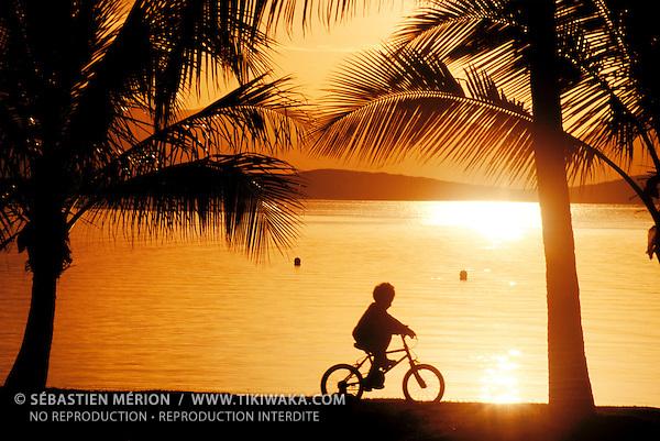 Enfant à vélo, promenade Pierre Vernier, Nouméa