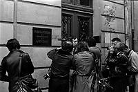 Devant le siège du Syndicat des Vignerons de l'arrondissement de Narbonne. 5 mai 1976. plan 3/4 d'un représentant syndical interwievé par des journalistes (vue de 3/4 face) ; en face de lui plusieurs journalistes et photographes de dos. Cliché réalisé le lendemain des manifestations viticoles de Montredon-des-Corbières (Aude) lors desquelles deux personnes sont mortes : Emile Pouytes (vigneron d'Arquette-en-Val) et Joël Le Goff (commandant des CRS)