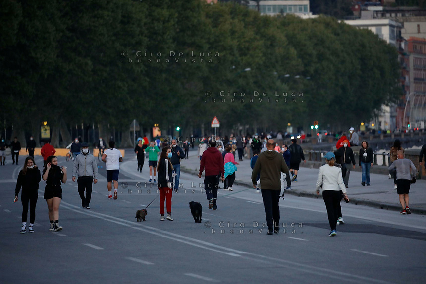 Folla di corridori sul Lungomare <br /> mentre è ancora in vigore il blocco dovuto all'epidemia di Coronavirus Covid-19