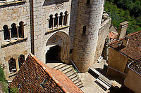 Palais des eveques (XIVe siecle, a ete fortement remanie) et entree du parvis des eglises.