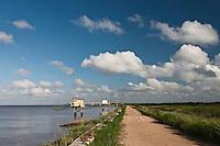 Europe/France/Aquitaine/33/Gironde/Estuaire de la Gironde/Jau:  Chemin sur les digues qui bordent les  rives de l'Estuaire de la Gironde