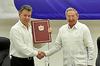 "LA HABANA - CUBA, 23-06-2016 Juan Manuel Santos, presidente de Colombia, recibe de Raul Castro, presidente de Cuba, el documento firmado por Rodrigo Londoño ""Timochenko"", jefe de las Farc, hoy en La Habana durante la firma del acuerdo para el cese al fuego y de hostilidades bilateral y definitivo entre el gobierno de Colombia y la guerrilla de las Farc. El presidente de Cuba Raul Castro fue testigo como representartnte del país garante de los acuerdos. / Juan Manuel Santos, president of Colombia, receives from Raul Castro, president of Cuba, the signing document by Rodrigo Londoño ""Timochenko"", leader of Farc during the signing of the agreement of the definitive ceasefire and hostilities between Colombia Government and left guerrillas of Farc. Raul Castro, president of Cuba was the witness as representantive Country of the process. Photo: VizzorImage /  Nelson Cardenas - SIG / HANDOUT PICTURE; MANDATORY EDITORIAL USE ONLY/ NO MARKETING, NO SALES"