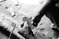 Índio Werekena, morador da comunidade de Anamoim no alto rio Xié,começa com sua família o trabalho de beneficiamento da piaçaba (Leopoldínia píassaba Wall), para trnsformá-la em artesanato . A fibra  um dos principais produtos geradores de renda na região é  coletada de forma rudimentar. Até hoje é utilizada na fabricação de cordas para embarcações, chapéus, artesanato e principalmente vassouras, que são vendidas em várias regiões do país.<br />Alto rio Xié, fronteira do Brasil com a colombia  a cerca de 1.000Km oeste de Manaus.<br />06/06/2002.<br />Foto: Paulo Santos/Interfoto Expedição Werekena do Xié<br /> <br /> Os índios Baré e Werekena (ou Warekena) vivem principalmente ao longo do Rio Xié e alto curso do Rio Negro, para onde grande parte deles migrou compulsoriamente em razão do contato com os não-índios, cuja história foi marcada pela violência e a exploração do trabalho extrativista. Oriundos da família lingüística aruak, hoje falam uma língua franca, o nheengatu, difundida pelos carmelitas no período colonial. Integram a área cultural conhecida como Noroeste Amazônico. (ISA)