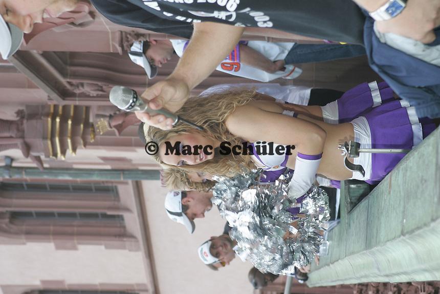 Cheergirl der Frankfurt Galaxy Dancers auf dem Balkon des Roemer