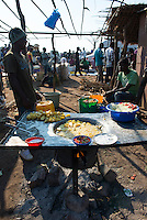 MALAWI, village market, street food, potato chips, chillies, sald and salt / MALAWI Markt in einem Dorf, Garkueche, Fritten