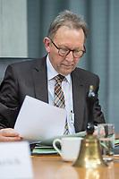"""Oeffentliche Anhoerung des Gesundheitsausschuss des Deutschen Bundestag am Mittwoch den 18. April 2018 zum Thema """"Verbindliche Personalbemessung in den Krankenhaeusern durchsetzen"""".<br /> Abgeordnete der Oppositionsparteien Buendnis 90/Die Gruenen und der Linkspartei haben Antraege fuer eine verbindliche Personalbemessung und mehr Pflegepersonal in Krankenhaeusern und gegen den Pflegenotstand in der Altenpflege eingebracht.<br /> Zu der Anhoerung waren eingeladen die Verbaende und Institutionen: Aktionsbuendnis Patientensicherheit e.V. (APS), Bundesarbeitsgemeinschaft der Freien Wohlfahrtspflege e.V. (BAGFW), Bundesverband Deutscher Privatkliniken e. V. (BDPK), Bundesverband privater Anbieter sozialer Dienste e. V. (bpa), Deutsche Krankenhausgesellschaft e.V. (DKG), Deutsche Stiftung Patientenschutz, Deutscher Pflegerat e.V. (DPR), Deutsches Institut fuer angewandte Pflegeforschung e. V. (DIP), GKV-Spitzenverband, ver.di -Vereinte Dienstleistungsgewerkschaft Bundesvorstand, Verbraucherzentrale Bundesverband e.V. (vzbv) und die Einzelsachverstaendigen:, Prof. Dr. Astrid Elsbernd, Prof. Dr. Stefan Gress, Alexander Jorde, Prof. Dr. Gabriele Meyer, Dr. Jochen Pimpertz, Prof. Dr. Heinz Rothgang.<br /> Im Bild: Der Ausschussvorsitzende Erwin Rueddel, CDU.<br /> 18.4.2018, Berlin<br /> Copyright: Christian-Ditsch.de<br /> [Inhaltsveraendernde Manipulation des Fotos nur nach ausdruecklicher Genehmigung des Fotografen. Vereinbarungen ueber Abtretung von Persoenlichkeitsrechten/Model Release der abgebildeten Person/Personen liegen nicht vor. NO MODEL RELEASE! Nur fuer Redaktionelle Zwecke. Don't publish without copyright Christian-Ditsch.de, Veroeffentlichung nur mit Fotografennennung, sowie gegen Honorar, MwSt. und Beleg. Konto: I N G - D i B a, IBAN DE58500105175400192269, BIC INGDDEFFXXX, Kontakt: post@christian-ditsch.de<br /> Bei der Bearbeitung der Dateiinformationen darf die Urheberkennzeichnung in den EXIF- und  IPTC-Daten nicht entfernt werden, diese sind in digitale"""