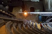 Der Friedrichstadtpalast in Berlin-Mitte wird unter Denkmalschutz gestellt.<br /> Der Senator fuer Kultur und Europa Dr. Klaus Lederer, Intendant Dr. Berndt Schmidt und Landeskonservator Dr. Christoph Rauhut gaben am Montag den 31. August 2020 im Show- und Revuetheater Friedrichstadtpalast bekannt, dass der letzte Repraesentationsbau der DDR vor der politischen Wende aus dem Jahr 1984 nun unter Denkmalschutz steht.<br /> Mitarbeiter des Hauses und Journalisten konnten sich anlaesslich der Verleihung des Denkmalschutz im Haus ein Bild von den Umbauarbeiten machen, die bis zum Ende des Jahres andauern. Im Januar 2020 ist die Wiedereroeffnung geplant.<br /> Im Bild: Ein Notlicht haengt ueber abgehaengten Zuschauerplaetzen.<br /> 31.8.2020, Berlin<br /> Copyright: Christian-Ditsch.de<br /> NUR FUER REDAKTIONELLE ZWECKE! Werbung nur auf Anfrage beim Fotografen. [Inhaltsveraendernde Manipulation des Fotos nur nach ausdruecklicher Genehmigung des Fotografen. Vereinbarungen ueber Abtretung von Persoenlichkeitsrechten/Model Release der abgebildeten Person/Personen liegen nicht vor. NO MODEL RELEASE! Don't publish without copyright Christian-Ditsch.de, Veroeffentlichung nur mit Fotografennennung, sowie gegen Honorar, MwSt. und Beleg. Konto: I N G - D i B a, IBAN DE58500105175400192269, BIC INGDDEFFXXX, Kontakt: post@christian-ditsch.de<br /> Bei der Bearbeitung der Dateiinformationen darf die Urheberkennzeichnung in den EXIF- und  IPTC-Daten nicht entfernt werden, diese sind in digitalen Medien nach §95c UrhG rechtlich geschuetzt. Der Urhebervermerk wird gemaess §13 UrhG verlangt.]