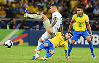 BELLO HORIZONTE – BRASIL, 2-07-2019: Philippe Coutinho de Brasil disputa el balón con Leandro Paredes de Argentina durante partido por la primera semifinal de la Copa América Brasil 2019 entre Brasil y Argentina jugado en el Mineirau de Bello Horizonte. / Philippe Coutinho of Brazil vies for the ball with Leandro Paredes of Argentina during the Copa America Brazil 2019  first semifinal match between Brasil and Argentina played at Mineirau in Bello Horizonte, Brazil. Photos: VizzorImage / Julián Medina / Cont /