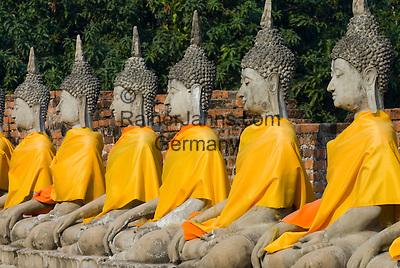 Thailand, Phra Nakhon Si Ayutthaya: Ayutthaya Historical Park, line of stone Buddhas   Thailand, Phra Nakhon Si Ayutthaya: Geschichtspark Ayutthaya, Reihe sitzender Stein-Buddhas