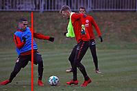 Torwart Lukas Hradecky (Eintracht Frankfurt) spielt beim Training der Feldspieler mit, gegen Aymen Barkok (Eintracht Frankfurt)- 05.12.2017: Eintracht Frankfurt Training, Commerzbank Arena