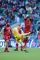 Richie Arnold of Toulouse attempts to block the box kick of Tawera Kerr Barlow of La Rochelle during the Heineken Champions Cup Final match between La Rochelle and Toulouse at Twickenham Stadium on Saturday 22 May 2021 (Photo by Rob Munro/Stewart Communications)